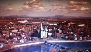 Vue aérienne de l'église St-Romuald en 1980