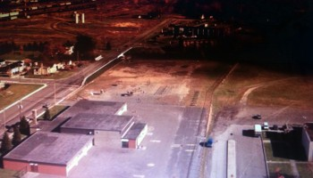 Vue aérienne de l'école St-Jacques en 1980, maintenant cette école a un meilleur aménagement à l'arrière et est plus grande par l'arrière.